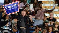Seorang pendukung Donald Trump menerobos kampanye Partai Demokrat di North Carolina. Walaupun berseberangan secara politis, Presiden Obama membela hak para pendukung Donald Trump untuk menyatakan pendapat. (Sumber newsobserver.com)