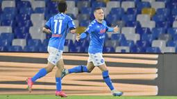 Gelandang Napoli, Piotr Zielinski (kanan) melakukan selebrasi usai mencetak gol pertama timnya ke gawang Udinese dalam laga lanjutan Liga Italia 2020/2021 pekan ke-36 di Diego Armando Maradona Stadium, Naples, Selasa (11/5/2021). Napoli menang 5-1 atas Udinese. (LaPresse via AP/Fabrizio Corradetti)