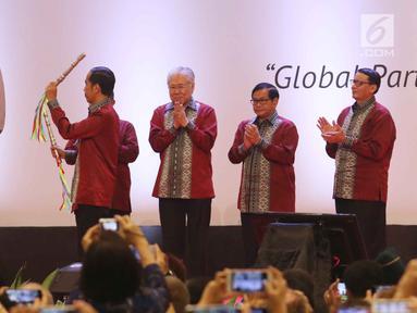 Presiden Joko Widodo memukul bedug saat membuka pameran Trade Expo 2017 di ICE BSD, Tangerang Selatan, Rabu (11/10). Pameran ini diikuti oleh 1.100 perusahaan nasional dengan target mendatangkan 16.000 pengunjung. (Liputan6.com/Angga Yuniar)