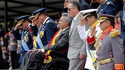 Presiden Ekuador Lenin Moreno mengenakan kursi roda saat mengikuti upacara militer Hari Kemerdekaan di Quito, Ekuador, (10/8). Ekuador diumumkan Hari Kemerdekaannya pada 10 Agustus 1809. (AP Photo/Dolores Ochoa)