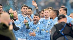Striker Manchester City, Sergio Aguero, melakukan selebrasi bersama rekannya usai menjuarai Liga Inggris di Stadion Etihad, Minggu (24/5/2021). City menang dengan skor 5-0. (Peter Powell/Pool/AFP)