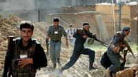 Pasukan keamanan Afghanistan berjibaku melawan serangan Taliban (AP/Mossoud Hossaini)
