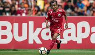 Gelandang Persija Jakarta, Riko Simanjuntak, menggiring bola saat melawan Mitra Kukar pada laga Liga 1 di SUGBK, Jakarta, Minggu (9/12). Persija menang 2-1 atas Mitra. (Bola.com/Yoppy Renato)