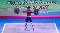 Lifter Jawa Barat, Deni, berhasil meraih emas cabang angkat besi kelas 69 kilogram dengan total angkatan 328 kilogram di Gelora Sabilulungan, Soreang, Jawa Barat, Rabu (21/9/2016). (Bola.com/Vitalis Yogi Trisna)