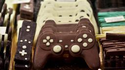 Kreasi cokelat berbentuk stik pengontrol permainan ditampilkan selama Chocolate Fair di Brussels, Belgia pada 21 Februari 2019. Edisi ke-6 Chocolate Fair berlangsung mulai 22 Februari 2019 hingga 24 Februari mendatang. (Photo by EMMANUEL DUNAND / AFP)