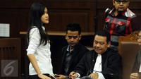 Terdakwa kasus dugaan pembunuhan Wayan Mirna Salihin, Jessica Kumala Wongso (kiri)bersama tim kuasa hukumnya saat jeda pembacaan nota replik JPU pada sidang lanjutan di PN Jakarta Pusat, Senin (17/10). (Liputan6.com/Helmi Fithriansyah)
