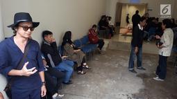 Sejumlah kerabat dan keluarga almarhum Yockie Suryo Prayogo menunggu di Ruang Jenazah, Rumah Sakit Pondok Indah, Bintaro, Tangsel (5/2). Sebelum meninggal, istri Yockie, Tiwi menuturkan bahwa sang suami menderita komplikasi. (Liputan6.com/Fery Pradolo)