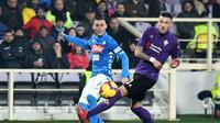 Pemain Fiorentina Cristiano Biraghi (kanan) berupaya menghalau umpan gelandang Napoli Jose Callejon saat kedua tim bertemu dalam lanjutan Liga Italia di Stadion Artemio Franchi, Sabtu (9/2/2019). Laga ini berakhir 0-0. (Claudio Giovannini / ANSA via AP)