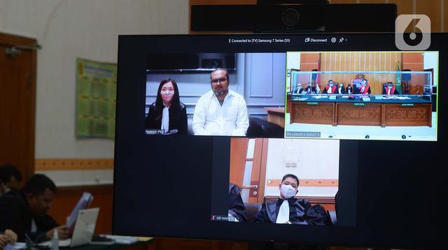 Hakim Pengadilan Negeri Jakarta Barat mengelar persidangan dengan terdakwa John Kei secara virtual di PN Jakarta Barat, Rabu (13/1/2021). Sidang perdana dengan agenda dakwaan kasus penganiayaan dan pembunuhan dengan terdakwa John Kei. (merdeka.com/Imam Buhori)