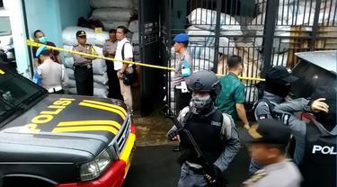 Ilustrasi –Polisi menggeledah toko milik terduga teroris yang ditangkap di Karanglewas, Banyumas, 2018. (Liputan6.com/Muhamad Ridlo)