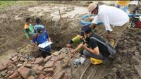 Proses Ekskavasi sementara bangunan diduga candi Situs Dingkel di Dingkel Desa Sambimaya Kecamatan Juntiyuat Indramayu. (Foto: Liputan6.com/Panji Prayitno)
