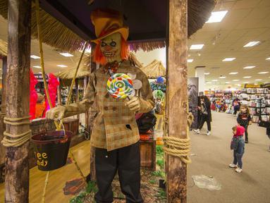 Anak-anak mengunjungi sebuah toko di Mississauga, Ontario, Kanada, pada 29 Oktober 2020. Warga Ontario mulai berbelanja dekorasi dan menghias rumah mereka untuk menyambut Halloween. (Xinhua/Zou Zheng)