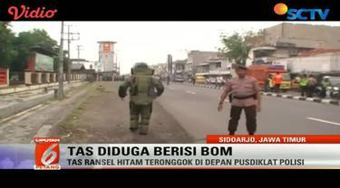 Petugas dari Gegana Brimob Malang pun didatangkan untuk menjinakkan tas ransel yang didiga berisi bom itu.