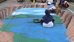 Sejumlah siswa membuat lukisan mural tiga dimensi di trotoar jalan di kawasan Danau Sunter, Jakarta, Senin (26/3). Pengecatan mural di sepanjang trotoar Danau Sunter tersebut untuk memperindah tata ruang kota. (Liputan6/Arya Manggala)