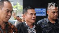 Bupati Bengkulu Selatan Dirwan Mahmud (tengah) dikawal petugas menuju gedung KPK usai terjaring Orasi Tangkap Tangan (OTT), Jakarta (15/5). KPK menyita Rp 100 juta dalam operasi tersebut. (Merdeka.com/Dwi Narwoko)