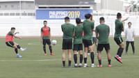 Pemain Timnas Indonesia U-22, Syahrian Abimanyu, melakukan eksekusi tendangan bebas saat latihan di Stadion Rizal Memorial, Manila, Senin (25/11/2019). Latihan ini persiapan jelang laga SEA Games 2019 melawan Thailand. (Bola.com/M Iqbal Ichsan)