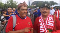 Zulfikar dan Budi Waluyo, warga Bogor yang datang langsung ke Bangkok untuk bisa mendukung perjuangan Timnas Indonesia di Piala AFF 2018. (Bola.com/Benediktus Gerendo Pradigdo)
