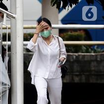 Warga beraktivitas dengan tetap mengenakan masker di kawasan Kuningan, Jakarta, Jumat (22/10/2021). Pemerintah mengingatkan masyarakat untuk tetap waspada dan selalu mematuhi protokol kesehatan menyusul prediksi bakal terjadinya gelombang ketiga COVID-19. (Liputan6.com/Helmi Fithriansyah)