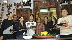 Sejumlah pemain film 'Kampung Zombie' hadir dalam acara syukuran film yang telah selesai mereka rampungkan, Pondok Indah, Jakarta Selatan, Senin (7/12/2014). (Liputan6.com/Panji Diksana)