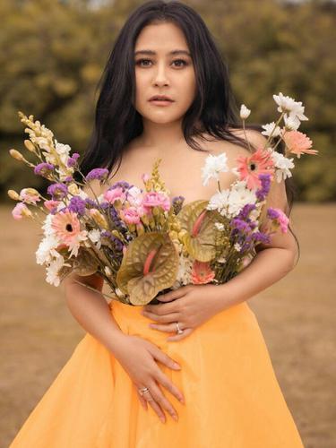 Pesona Prilly Latuconsina dalam Pemotretan Terbaru, Anggun nan Elegan Bergaun Kuning