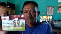 Seorang petani Purbalingga memegang kartu tani. (Foto: Liputan6.com/Muhamad Ridlo)