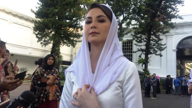 Temani Emil Pelantikan di Istana, Gaya Arumi Bachsin Curi Perhatian - News  Liputan6.com