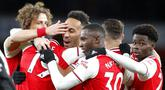 Para pemain Arsenal merayakan gol yang dicetak oleh Pierre-Emerick Aubameyang ke gawang Newcastle United pada laga Premier League di Stadion Emirates, Minggu (16/2/2020). Arsenal menang 4-0 atas Newcastle United. (AP/Frank Augstein)