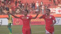 Gelandang Persis Solo, Iman Budi Hernandi (kiri) berselebrasi merayakan gol yang dicetaknya ke gawang Persewar Waropen di Stadion Wilis, Madiun, Sabtu (3/8/2019). (Bola.com/Vincentius Atmaja)
