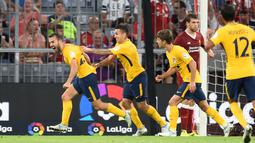 Gelandang Atletico Madrid, Keidi Bare (kiri) melakukan selebrasi usai mencetak gol ke gawang Liverpool pada final Audy Cup di Munchen, (2/8). Atletico menang 5-4 atas Liverpool lewat adu penalti setelah bermain imbang 1-1. (Andreas Gebert/dpa via AP)