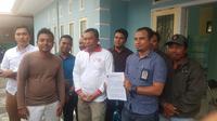 Keluarga Zainal dan pengacara dari BKBH FH Unram. (foto: Liputan6.com / hans bahanan)