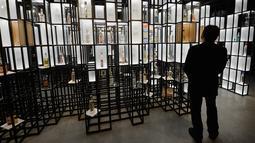 Seorang pengunjung melihat pameran pada Museum Vodka yang baru akan dibuka minggu depan, di Warsawa, Pondia, Rabu (6/6). Di museum itu ditunjukkan bagaimana cara pembuatan vodka dan cara mengonsumsinya. (AP/Czarek Sokolowski)