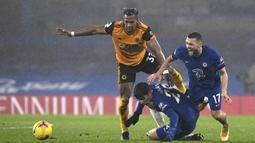 Gelandang Wolverhampton Wanderers, Adama Traore (kiri) berebut bola dengan dua pemain Chelsea, Kai Havertz (tengah) dan Mateo Kovacic dalam laga lanjutan Liga Inggris 2020/21 pekan ke-20 di Stamford Bridge, Rabu (27/1/2021). Wolverhampton bermain imbang 0-0 dengan Chelsea. (Pool via AP/Neil Hall)