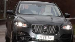 Mantan pelatih Manchester United, Jose Mourinho meninggalkan lapangan Carrington klub di Manchester, Inggris (18/12). Mourinho mempersembahkan gelar Community Shield, Piala Liga Inggris, dan Liga Eropa bagi MU. AP Photo / Jon Super)