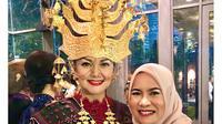 Bella Saphira anggun mengenakan busana adat Mandailing, Sumatera Utara dengan mahkota yang indah (Dok.Instagram/@bellasaphiraofficial/https://www.instagram.com/p/B9oTApBHX1G/Komarudin)