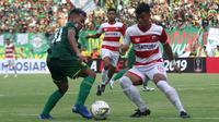 Bek kiri Madura United, Alfatah Faathier (kanan), berebut bola dengan Irfan Jaya dalam pertandingan di Stadion Gelora Bung Tomo, Surabaya, Rabu (3/4/2019). (Bola.com/Aditya Wany)
