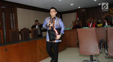 Tersangka dugaan suap terhadap Ketua Pengadilan Tinggi Manado Sudiwardono, Aditya Anugrah Moha usai menjalani sidang perdana di Pengadilan Tipikor, Jakarta, Rabu (28/2). Sidang mendengar pembacaan dakwaan JPU. (Liputan6.com/Helmi Fithriansyah)
