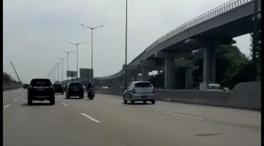 Viral perempuan naik motor bonceng tiga masuk Tol Jakarta-Cikampek