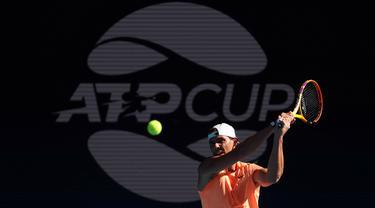 Petenis Spanyol, Rafael Nadal menjalani sesi latihan sebagai persiapan Turnamen Tenis ATP Cup dan menjelang Australia Open di Melbourne, Minggu (31/1/2021). (AFP/David Gray)