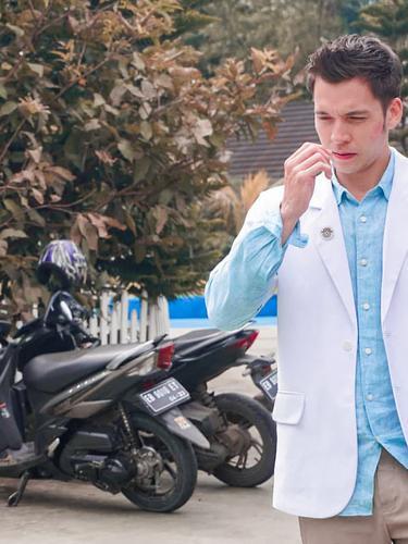 7 Gaya Stefan William Jadi Dokter Muda di Sinetron Ini Makin Keren