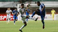 Striker Persebaya Surabaya, Rifaldi Bawuo (kiri) berebut bola dengan bek Persib Bandung, Ardi Idrus dalam laga perempatfinal Piala Menpora 2021 di Stadion Maguwoharjo, Sleman, Minggu (11/4/2021). (Bola.com/M Iqbal Ichsan)