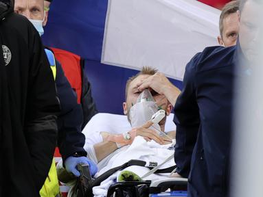 Kabar baik datang dari kondisi Christian Eriksen. Dokter yang menangani Eriksen mengindikasikan kondisi sang playmaker sudah membaik bahkan saat Eriksen dibawa keluar lapangan. (Foto: AP/Pool/Friedemann Vogel)