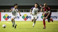 Penyerang Persita Tangerang, Aldi Al Achya (kiri) melepaskan diri dari kejaran Kapten Persipura, Ian Louis Kabes saat laga pekan pertama BRI Liga 1 2021/2022 di Stadion Pakansari, Bogor, Sabtu (28/08/2021). Persita menang 2-1. (Bola.com/Bagaskara Lazuardi