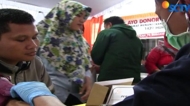 Ibadah puasa tidak menyurutkan semangat sekitar 300 pendonor menyumbangkan darah mereka.
