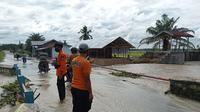 1.451 unit rumah yang berada di 13 desa dan 3 kecamatan terendam banjir dengan tinggi muka air berkisar antara 30-80 sentimeter di Kabupaten Batubara, Sumatera Utara (Sumut) (BNPB Indonesia)