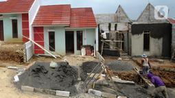 Pekerja menyelesaikan pembangunan perumahan bersubsidi di Bukit Rancayamaya Residences, Bogor, Minggu (14/02/2021). PT BTN Tbk mengalami lonjakan penyaluran KPR subsidi pada kuartal  III dan kuartal IV tahun 2020 setelah sempat mengalami penurunan pada kuartal kedua. (merdeka.com/Arie Basuki)