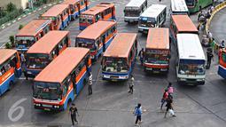 Suasana di Terminal Blok M, Jakarta, Senin (11/4). Gubernur DKI Jakarta Basuki Tjahaja Purnama akan menindak tegas angkutan umum yang belum menurunkan tarifnya sesuai aturan yang berlaku. (Liputan6.com/Immanuel Antonius)