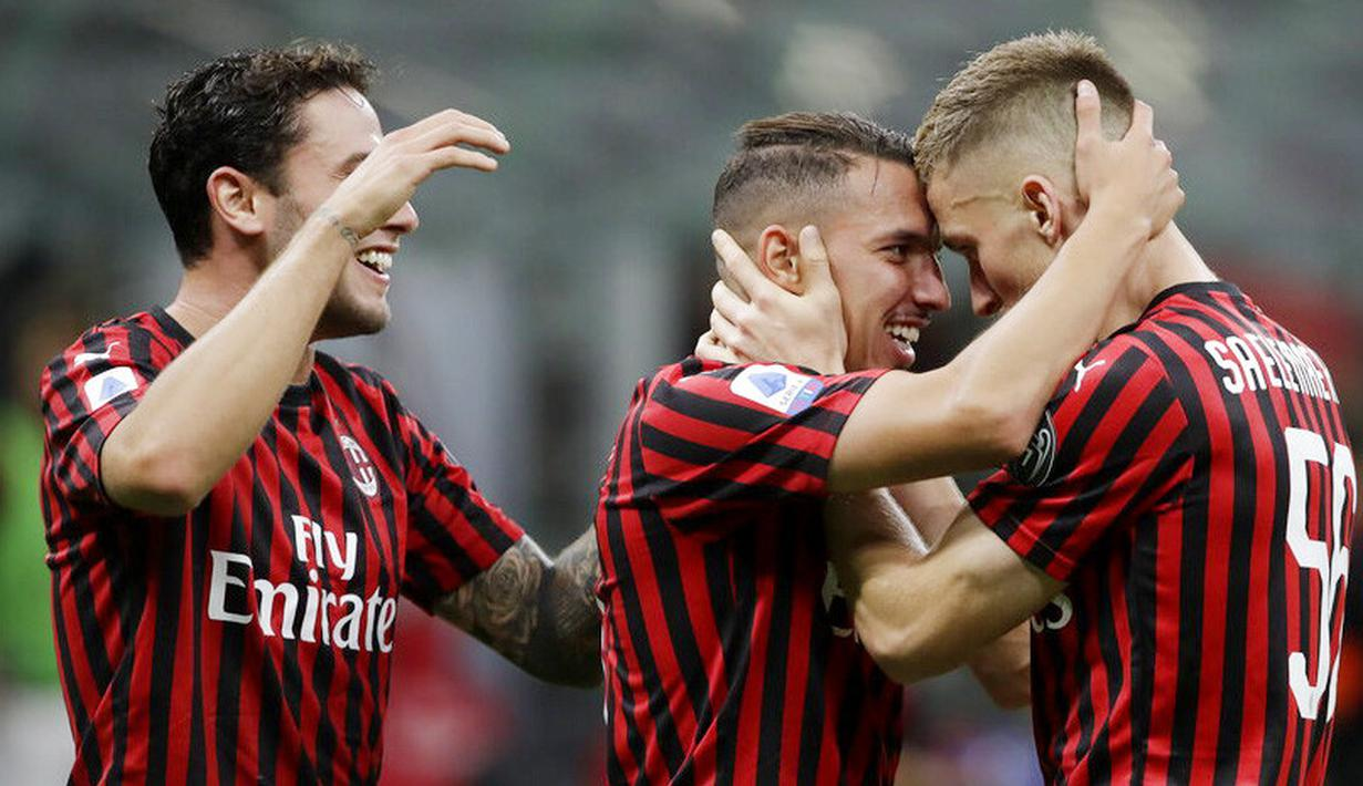 Para pemain AC Milan merayakan gol yang dicetak oleh Ismael Bennacer ke gawang Bologna pada laga Serie A di Stadion San Siro, Sabtu (18/7/2020). AC Milan menang dengan 5-1 atas Bologna. (AP/Luca Bruno)