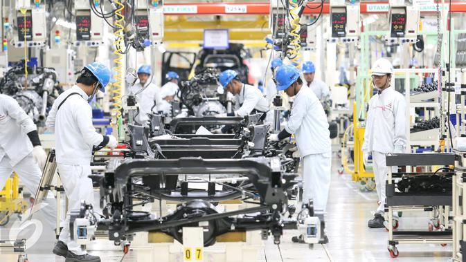 Suasana perakitan mobil di PT Mitsubishi Motors Krama Yudha Indonesia (MMKI), Cikarang, Bekasi, Jawa Barat, Selasa (25/4). Menempati luas area 30 hektar, pabrik MMKI telah mulai memproduksi Pajero Sport & small-MPV Mitsubishi.(/Angga Yuniar)