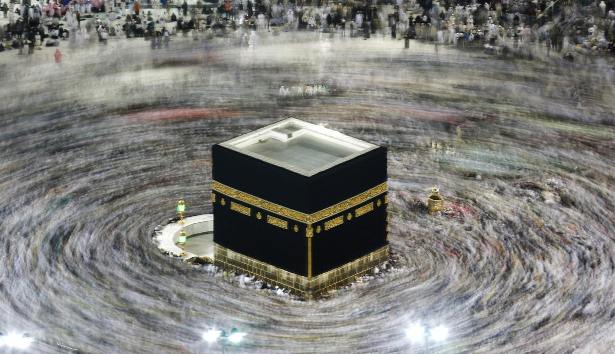 Ribuan jemaah Muslim mengelilingi Kakbah selama bulan haji di Masjidil Haram, Mekah, Arab Saudi pada 13 Agustus 2019. Pemerintah Arab Saudi pada hari Kamis, 27 Februari 2020 resmi menghentikan sementara izin umrah bagi seluruh negara, termasuk juga untuk Indonesia. (AP Photo/Amr Nabil)