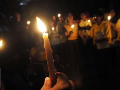Sejumlah karyawan Artha Graha berkumpul di kawasan SCBD Jakarta untuk memperingati Earth Hour 2016 dengan menyalakan lilin saat lampu-lampu di kawasan itu mulai dipadamkan selama satu jam pada Sabtu malam (19/3/2016). (Foto: Istimewa)